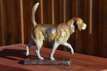 Beagle Trot is a beagle bronze sculpture by Liz Lewis